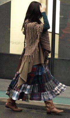 Visual despojado - saia de retalhos e poncho