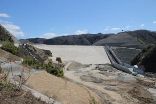 右岸道路を少しダム湖側に移動して下流側の堤体を望む