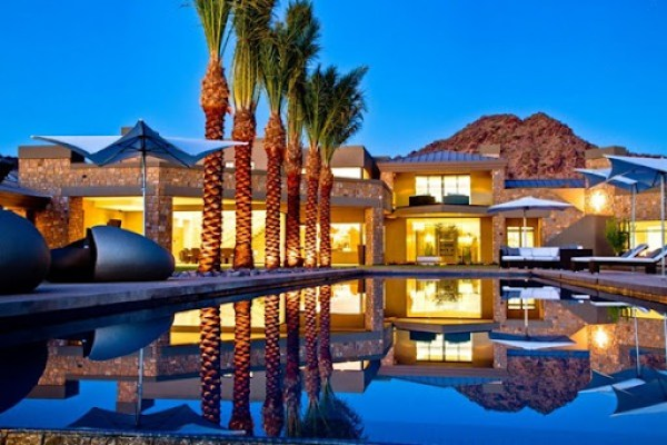 Diseño-de-piscina-moderna-casa-de-lujo