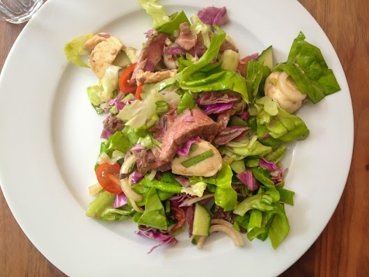 Salat med rødt oksekød, mozzerella og sesam-soja-dressing