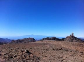 Paisaje lunar con el Roque Nublo retando al Teide