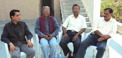 श्रीप्रकाश मिश्र वर्धा के स्टाफ के साथ
