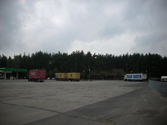 Ogromny parking, a w tle, po prawej, wybieg niedźwiedzia himalajskiego