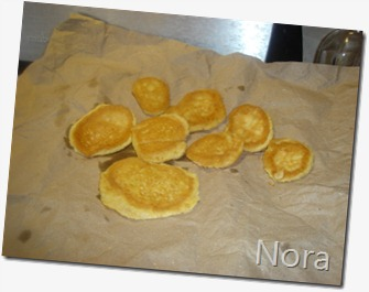 Coloca las tortitas sobre papel estraza