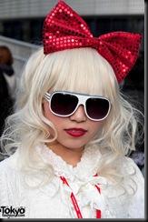 Lady-Gaga-Japanese-Fans-2010-04-18-027-P7354-600x903
