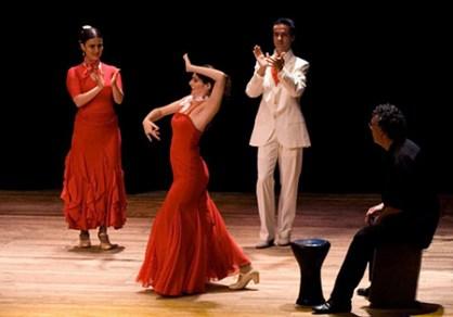 Bailarinos do Luceros e o percussionista Beto Angerosa