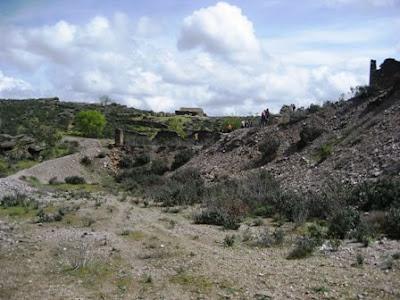Escursionistas del GMM, observando ejemplares a los pies de la mina.