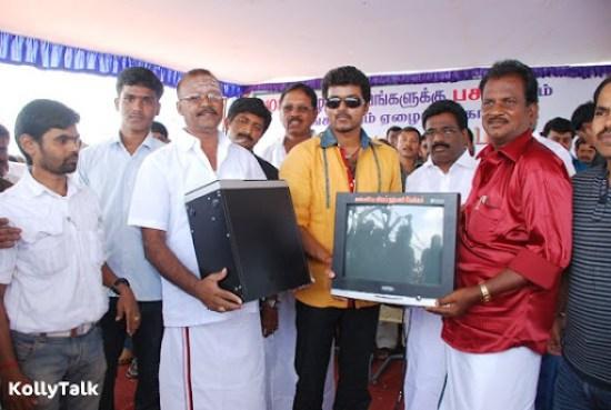 Vijay donates computer to the fans