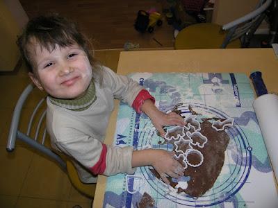 Кристина вырезает заготовки из шоколадного теста с помощью формочек