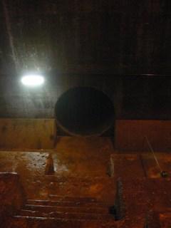 謎の穴の出入口を正面から望む