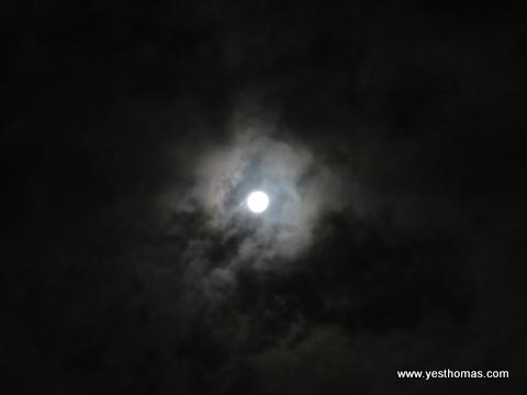 我看不太出來,不過Shelly等其他室友覺得澳洲的月亮是比較圓。