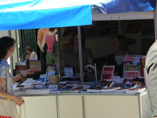 portré, dedikálás, fényképek,  könyvhét, ünnepi könyvhét, portrék, könyvvásár, 2010, Budapest, képek,  photos,  fotók,  pictures, V.kerület, 5. kerület, belváros Natan Saranszkij e műben azt javasolja, hogy újra a szabadság és az emberi jogok érvényesülése legyen az a mérce, amelytől a demokratikus országok a támogatásukat - többek között a Közel-Keleten - függővé teszi. Azok a rendszerek, amelyek elnyomják a saját népüket, nem lesznek megbízható partnerek, mivel a zsarnokság mindig veszélyt jelent a békére - állítja Natran Saranszkij.