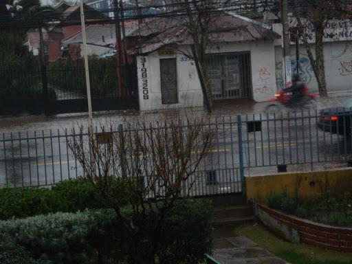 Llueve y llueve, por suerte hoy es feriado en Chile.