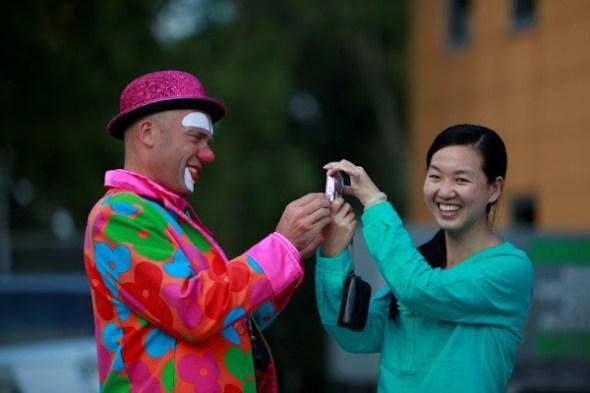clown maakt foto