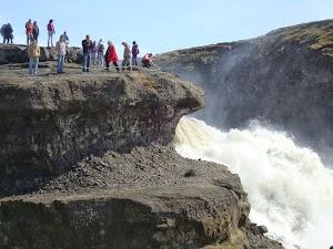 Turistas en Gullfos - Junto al torrente (Foto: Raquel Adeva)