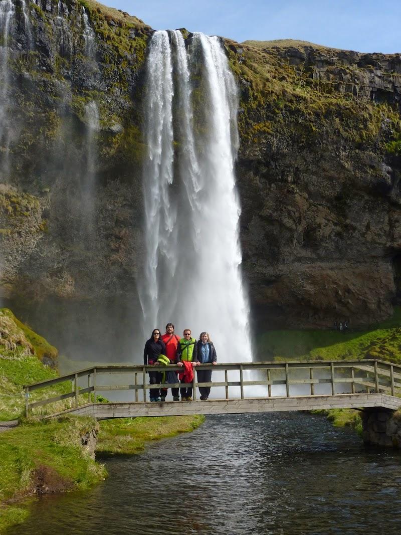 El grupo del viaje a Islandia con Seljalandsfoss detrás.