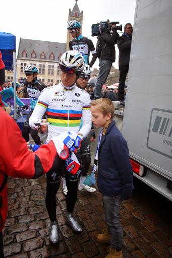 wereldkampioen Kwiatkowski signeert wielertruitjes