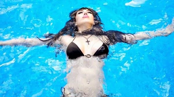 Payudara Seksi Zuhal Sengal Pramugari Turkish Airlines di kolam renang