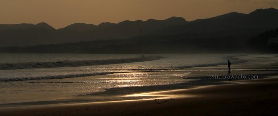 senja di tepi pantai