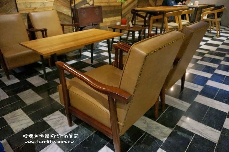 煙燻咖啡館內座位大部分都4人座