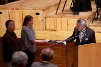 Representantes de la Fundación Musical Simón Bolívar junto al director Alfredo Rugeles, hicieron entrega de las partituras digitalizadas de las obras del concierto al maestro Inocente Carreño