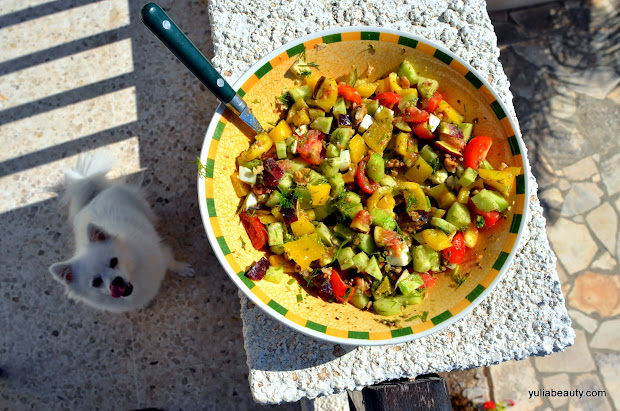 салас овощной с яйцом и соусом песто