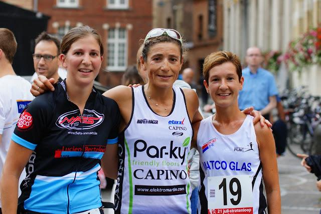 Podium dames 21 juli stratenloop: Liesbeth Vandevelde, Ilse Geldhof en Nele Feys