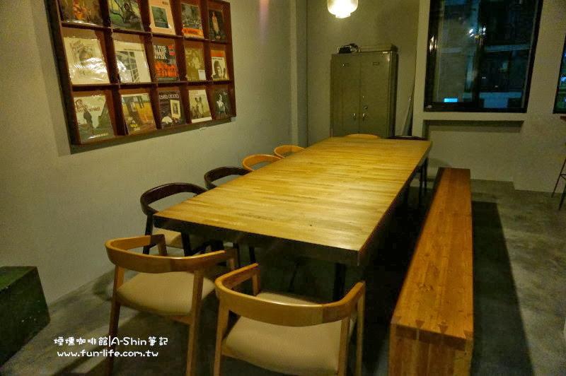 煙燻咖啡館內最大木桌可以容納12人