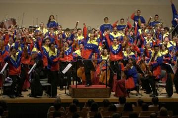 Para finalizar el concierto, los venezolanos se colocaron su chaqueta tricolor para ejecutar las piezas de cierre
