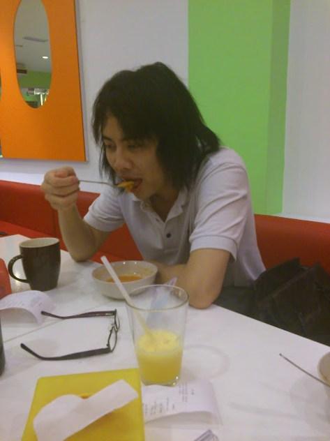 MOGI EATS VEGETABLES!