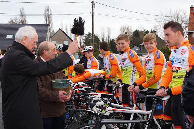 De jonge renners worden gezegend het wielerjaar in gestuurd