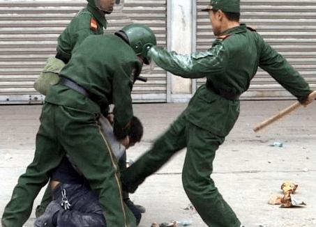 Resultado de imagen para policia  golpeando a cristianos chinos