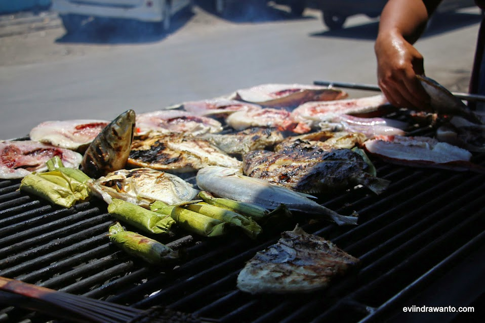 makan seafood di pelabuhan paotere
