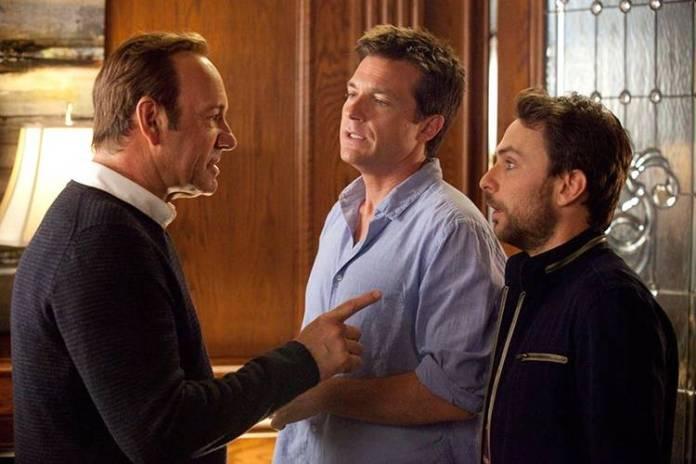 Kevin Spacey acabaría en la cárcel, y en la película Cómo acabar sin tu jefe 2 tan sólo le vemos tras el cristal de las visitas a los presos
