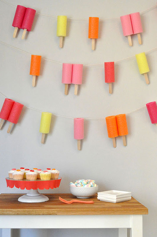Guirnalda decorativa hecha con pool noodles.