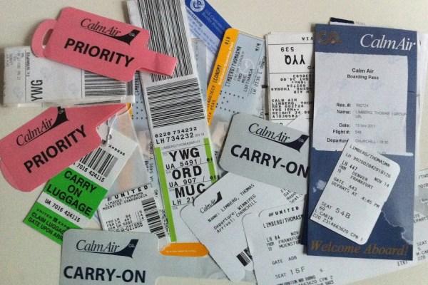 Bei einer solchen Reise sammeln sich immer viele Flugtickets und Kofferanhänger an.