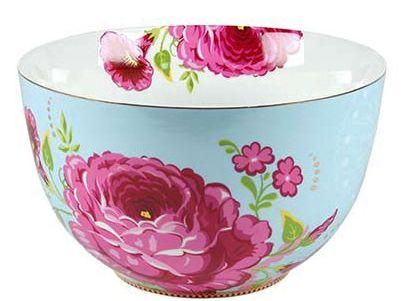ensaladera colorista con flores para decorar la mesa en primavera