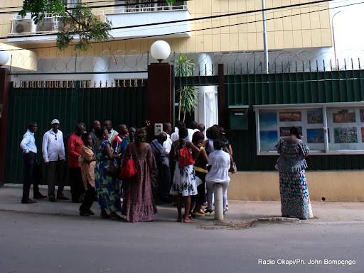 Demandeurs de visas à l ambassade de Chine à Kinshasa. Radio Okapi/Ph. John Bompengo