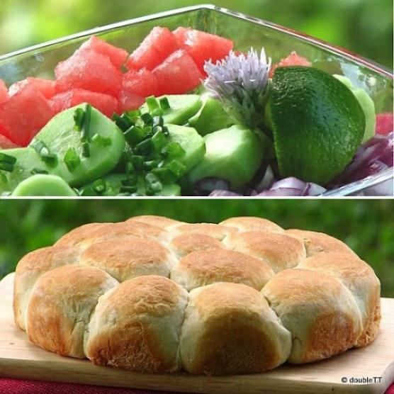 salata od lubenica, krastavaca i crvenog luka i slane buhtle