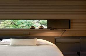 interior-casa-con-paredes-en-madera