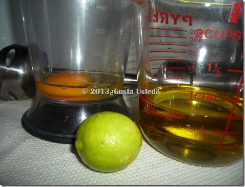 Vierte el huevo en el vaso, corta el limón y retira las semillas