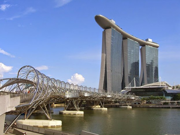 The_Helix_Bridge_and_Marina_Bay_Sands_Hotel,_Singapore_-_20140513