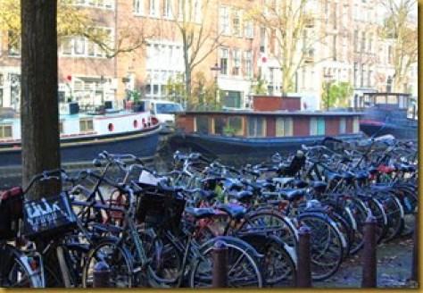 dezenas de bicicletas estacionadas em Amsterdam