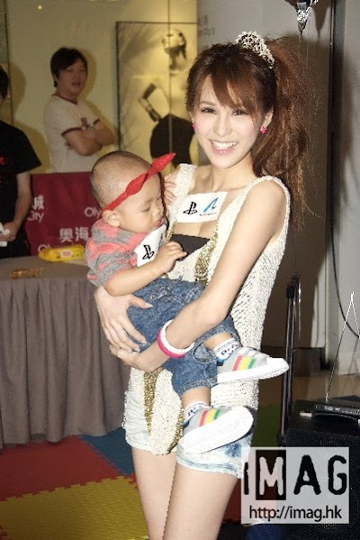 模媽Mia出席活動 被小朋友拍打胸部尷尬非常 - iMagiMag