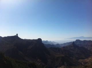 Vistas sobrecogedoras desde la Degollada Becerra. Roques con el majestuoso Teide al fondo