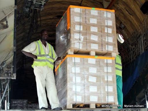 – Des agents déchargent des kits électoraux à l'aéroport de N'djili (Kinshasa), le 16/09/2011. MONUSCO/ Ph.  Myriam Asmani