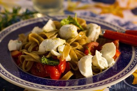 Pasta med friske rå tomater, bøffelmozzarella og basilikum
