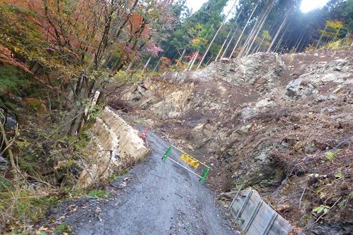 斜面は滑っちゃったみたいですね。道路も土嚢で止めてある程度。