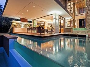diseño de piscina con borde infinito