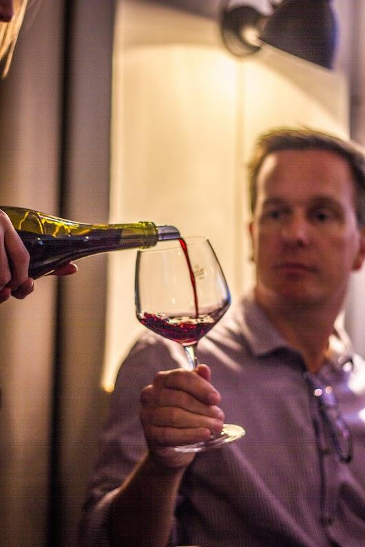 Frederik Kreutzer fra bloggen Vinkreuzer får sig lidt vin i glasset - Mikkel Bækgaards Madblog